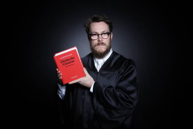 Richter oder Anwalt mit Gesetzbuch