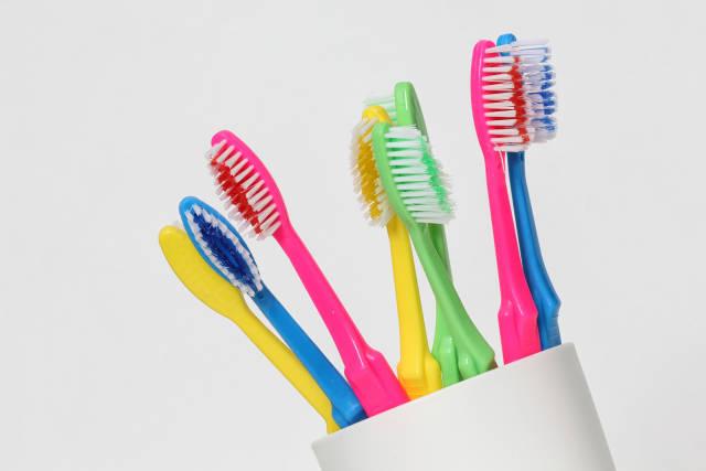 viele bunte Zahnbürsten