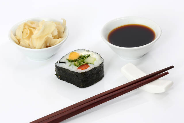 Sushi mit Ingwer und Sojasauce