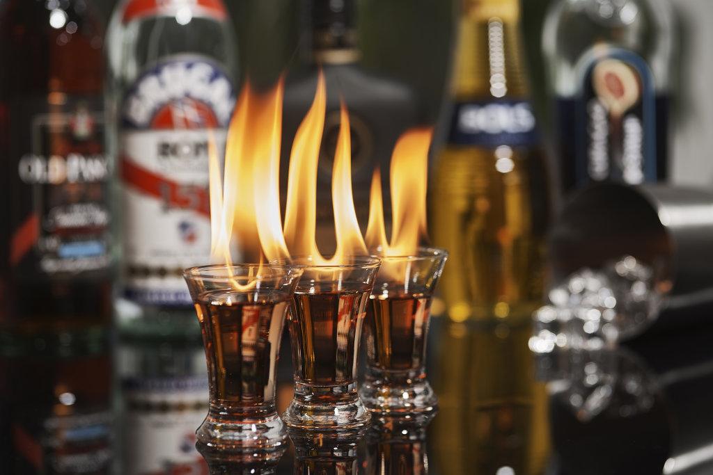 Cocktail-Shot mit Flamme