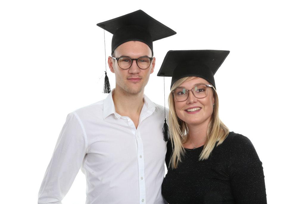 Paar auf Abschlussfeier