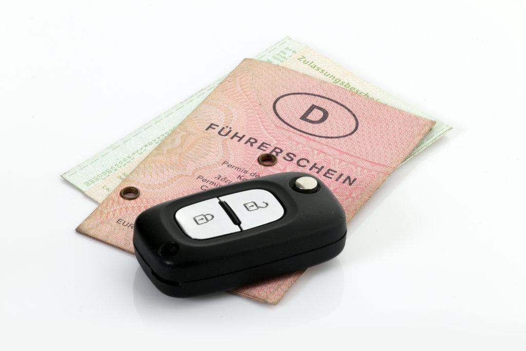 Autoschlüssel mit Führerschein und Fahrzeugschein