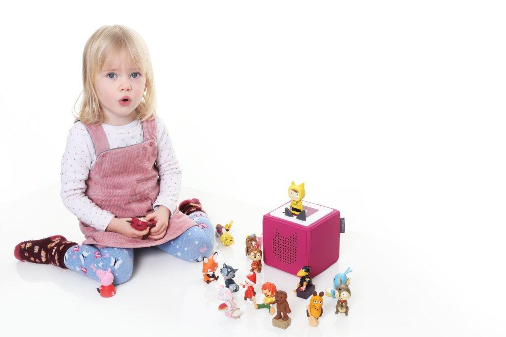 Kind spielt mit Toniebox
