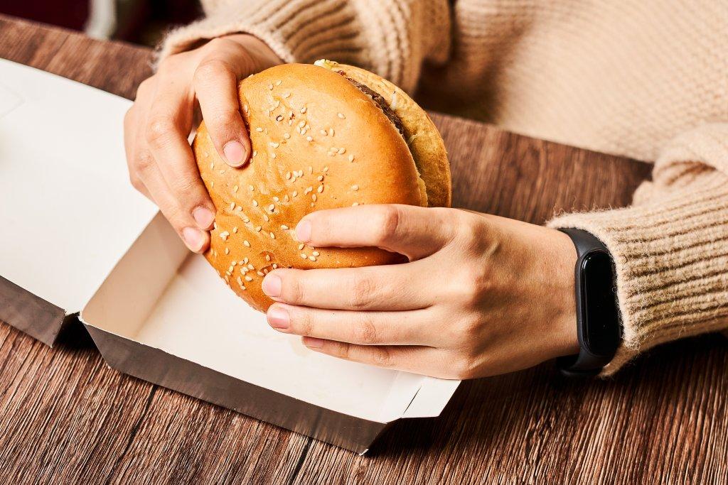 Burger in der Hand