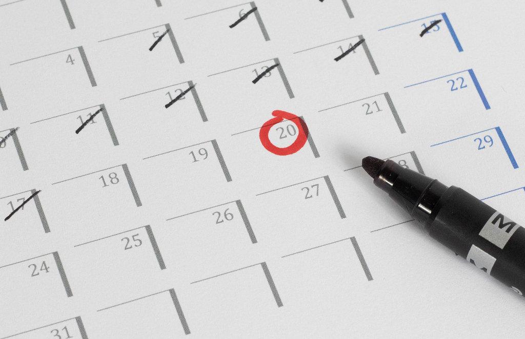 Nahaufnahme eines Kalenders mit mehreren durchgekreuzten Tagen