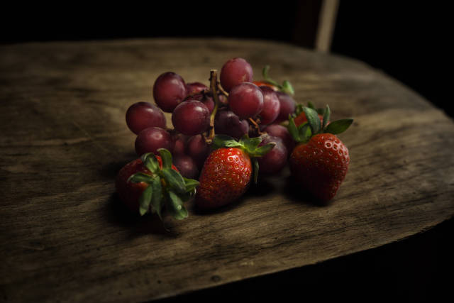 Erdbeeren und rote Trauben