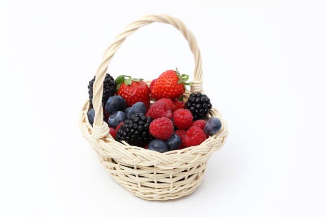 Obstkorb mit Beeren