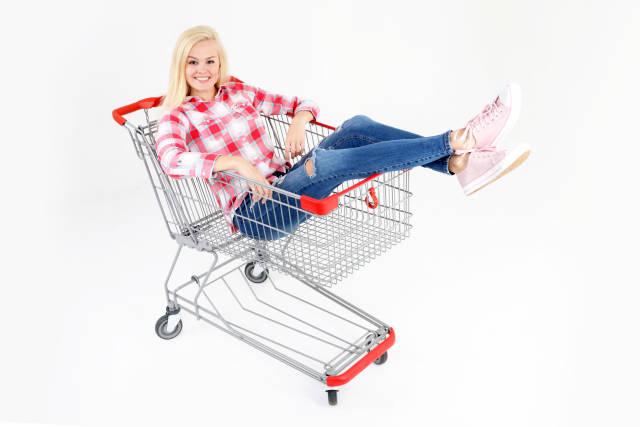 Frau im Einkaufswagen