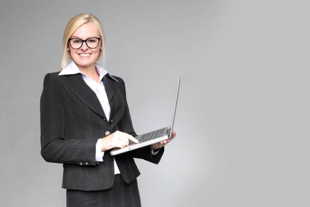 Frau mit Computer