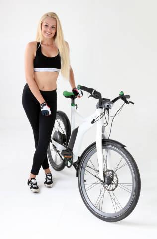 Frau mit Fahrrad
