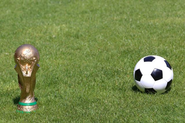 WM Pokal und Fußball
