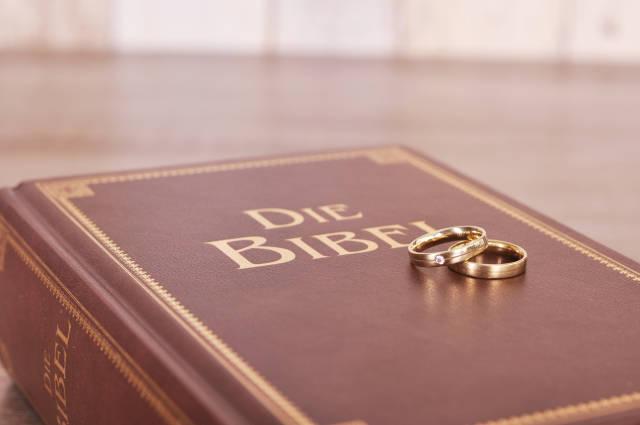 Eheringe auf der Bibel