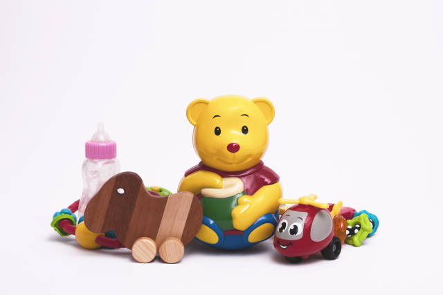 Teddybär mit Spielzeug