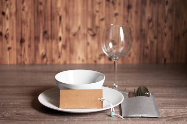 Suppenteller mit Weinglas und Besteck