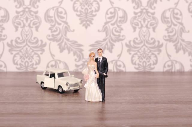 Brautpaar mit Trabant