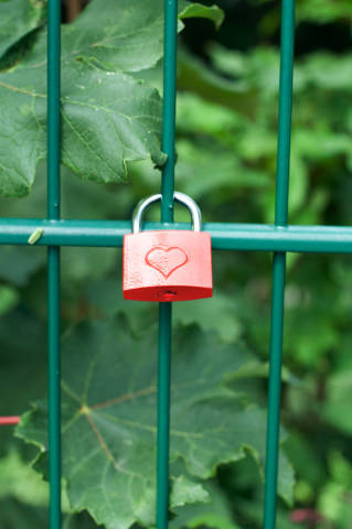 Liebesschloss an Zaun