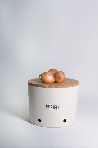 Zwiebeln auf Vorratsdosen