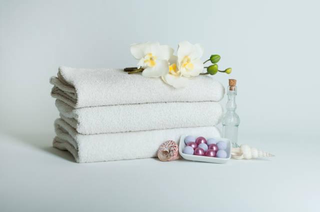 Handtücher mit Orchidee und Badekugeln