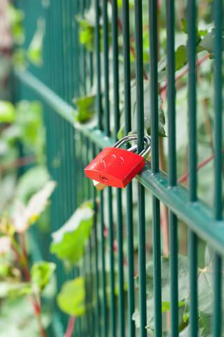 Liebesschloß an Zaun