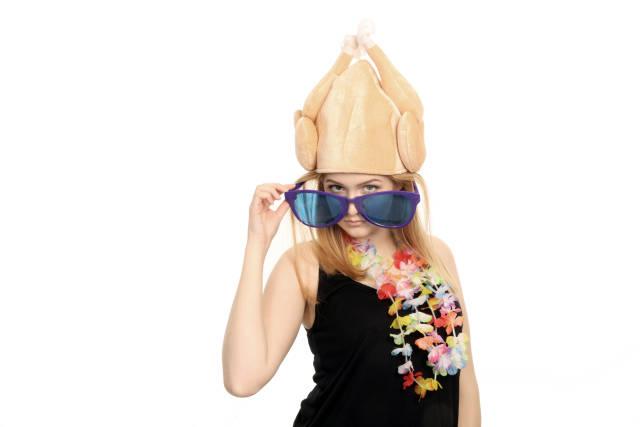 Frau mit Gummihuhn auf Kopf