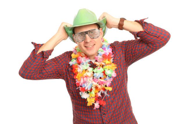 Partygast mit Blumenkette und Cowboyhut