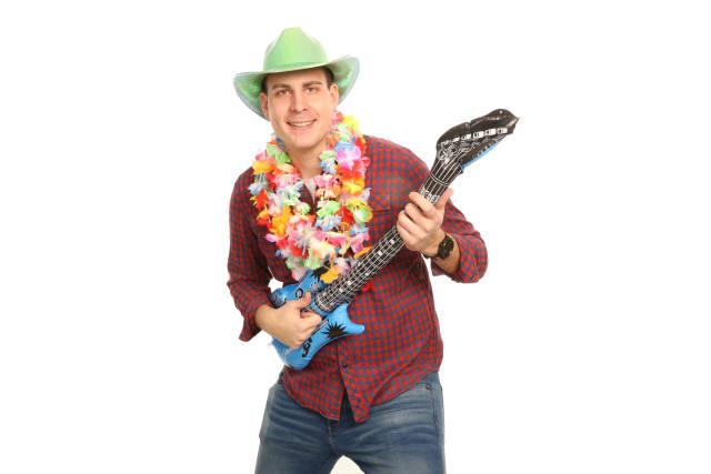 Partygast mit Gitarre