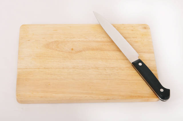 Messer auf Holzbrett