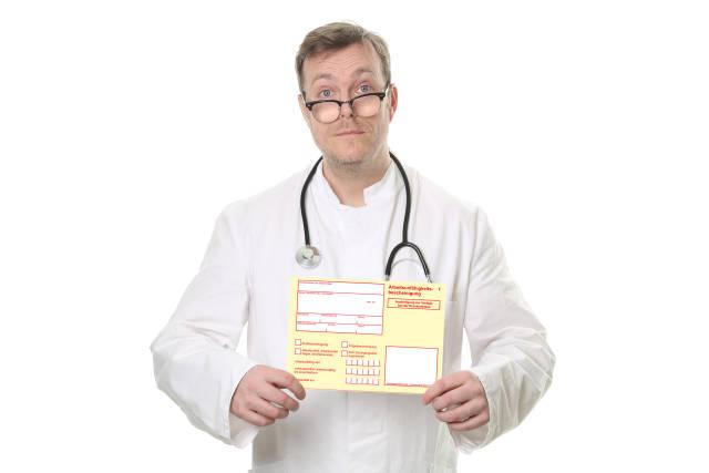 Arzt mit Arbeitsunfähigkeitsbescheinigung
