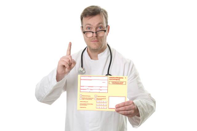 Arzt zeigt Arbeitsunfähigkeitsbescheinigung