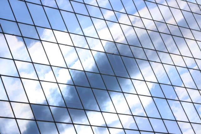 Wolken spiegeln sich