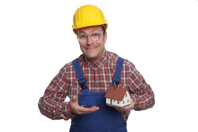 Bauarbeiter mit Modellhaus