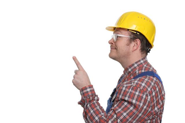 Bauarbeiter zeigt nach oben