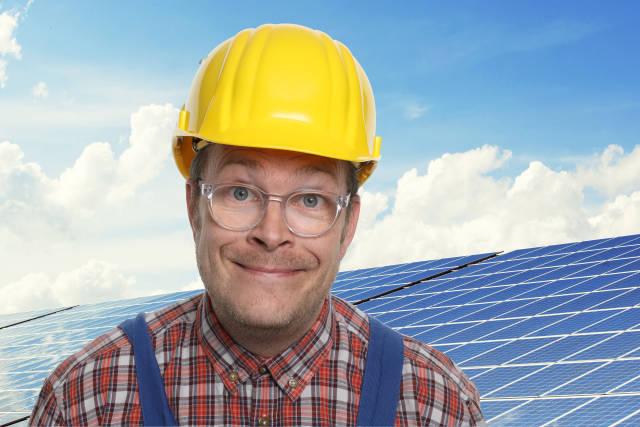 Bauarbeiter vor Photovoltaikanlage