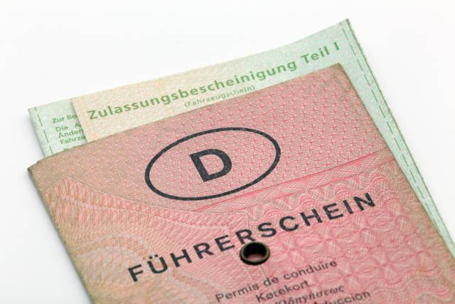 Führerschein und Fahrzeugschein