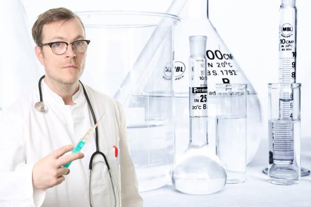 Mediziner mit Injektion