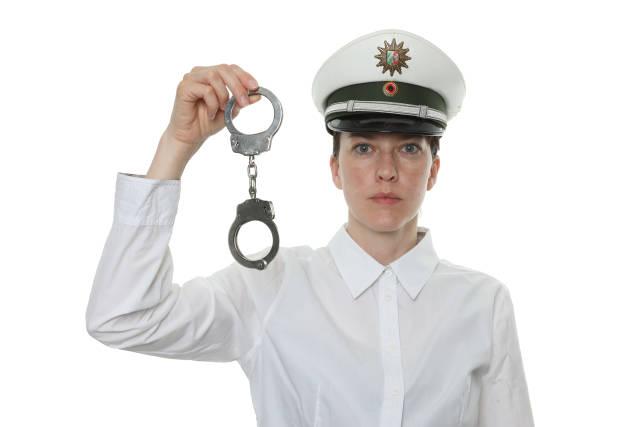 Polizistin mit Handschellen