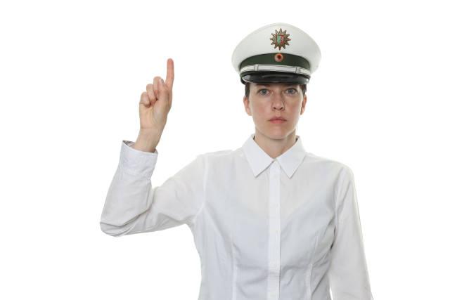 Polizistin mit erhobenen Zeigefinger