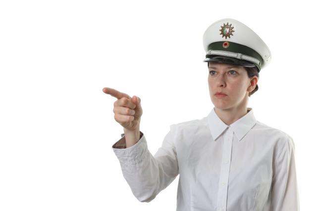 Polizistin zeigt auf etwas
