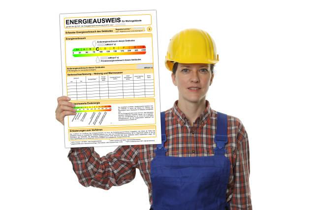 Bauarbeiterin mit Energieausweis