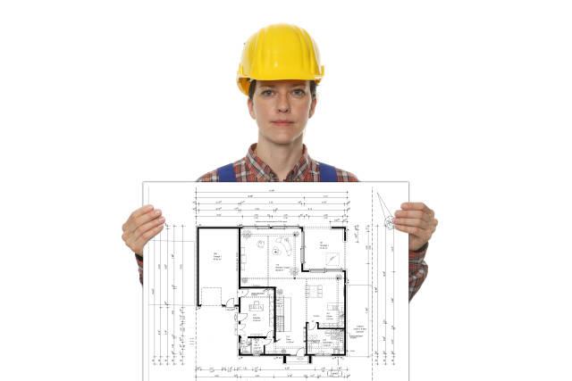 Bauarbeiterin mit Bauplan