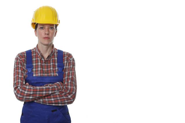 Bauarbeiterin mit verschränkten Armen