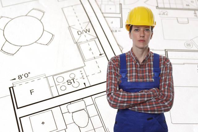 Bauarbeiterin vor Bauplan