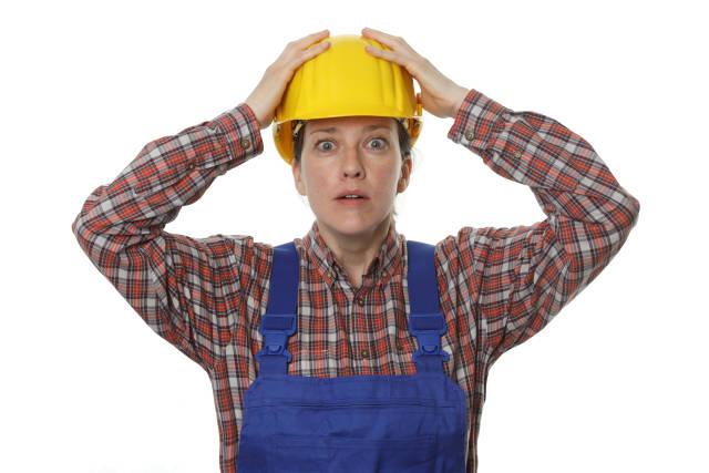 erschrockene Bauarbeiterin