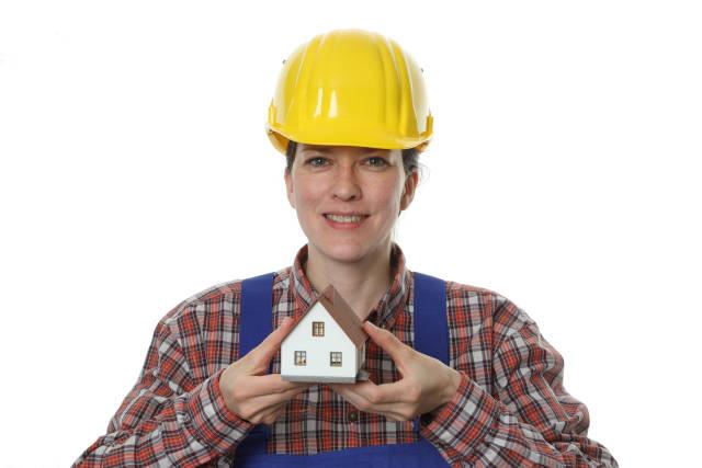 Gut gelaunte Bauarbeiterin