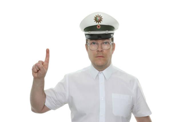 Polizist erhebt den Zeigefinger