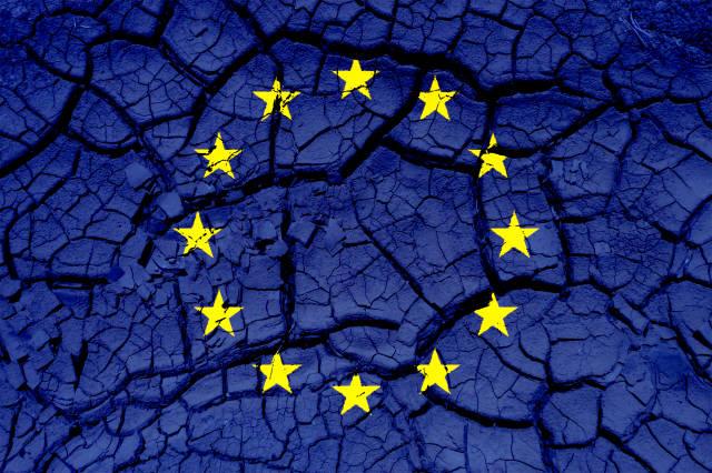 EU-Flagge auf Steinen