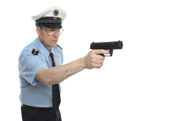 Polizist mit Schusswaffe