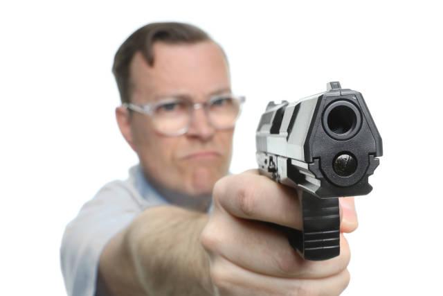 Mann zielt mit Pistole