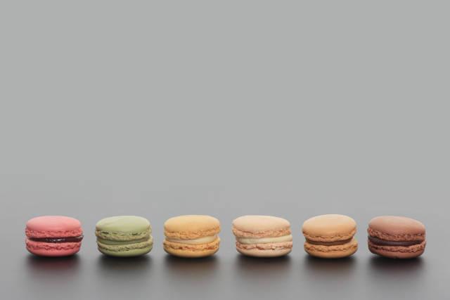 Macarons auf grauem Untergrund