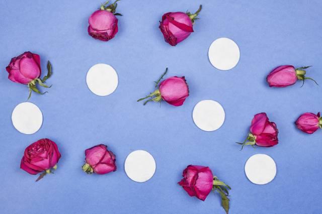 Wattepads und Rosen